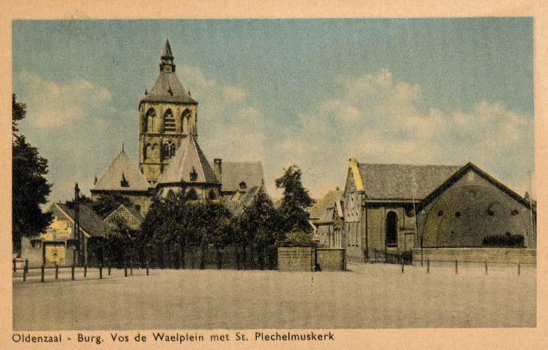 Prentbriefkaart van het Burg. Vos de Waelplein in Oldenzaal met synagoge, ca. 1952